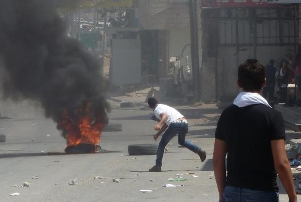 Drenge og unge mænd kastede med sten og satte ild til dæk