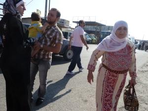 Palæstinensiske kvinder valfarter til Qalandia for at bede i den hellige Al Aqsa moské under Ramadanen
