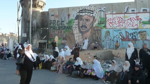 Kvinder ved Qalandia checkpointet under Ramadanen