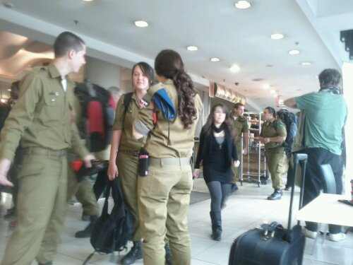 Israelske soldater på bus stationen i Jerusalem