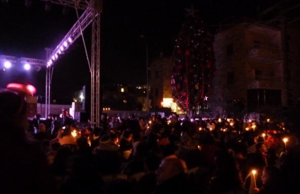 Hundreder af palæstinensere samledes i Ramallahs gamle bydel for at se juletræet blive tændt