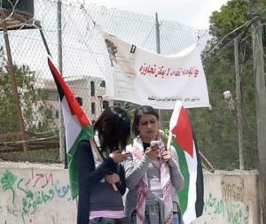 Unge palæstinensiske piger sms'er under demonstration