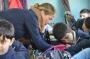 Lærer, Betina Hvims, hjælper med opgaverne