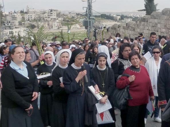 Nonner leder optog af pilgrimme Palmesøndag