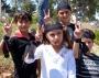 Palæstinensiske børn laver fredstegn på Nakba dag i Ramallah