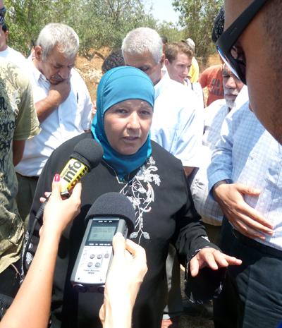 Palæstinensisk kvinde i Beitala taler med journalister